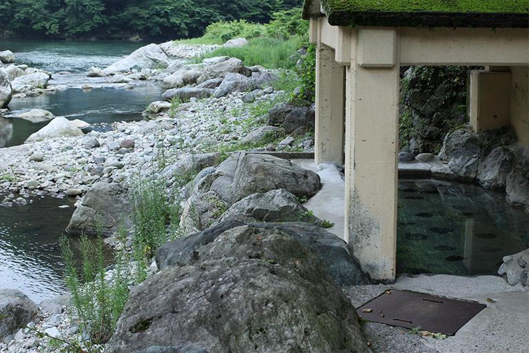 川のせせらぎを間近に感じる混浴露天風呂