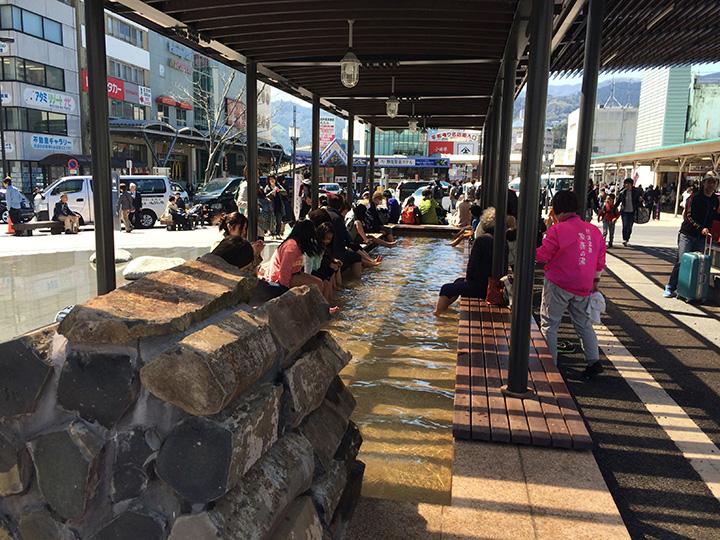 観光客だけでなく、地元の人も利用する駅前の足湯