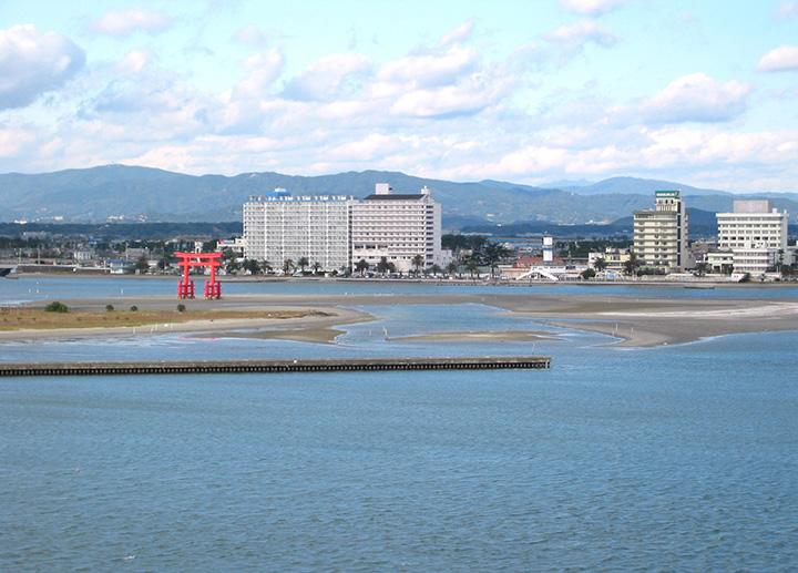 南浜名湖に映える赤鳥居