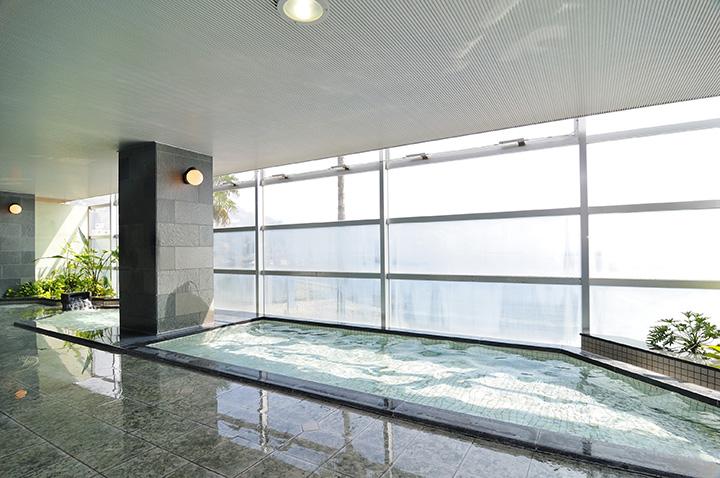 日の光が入って、開放感あふれる大浴場