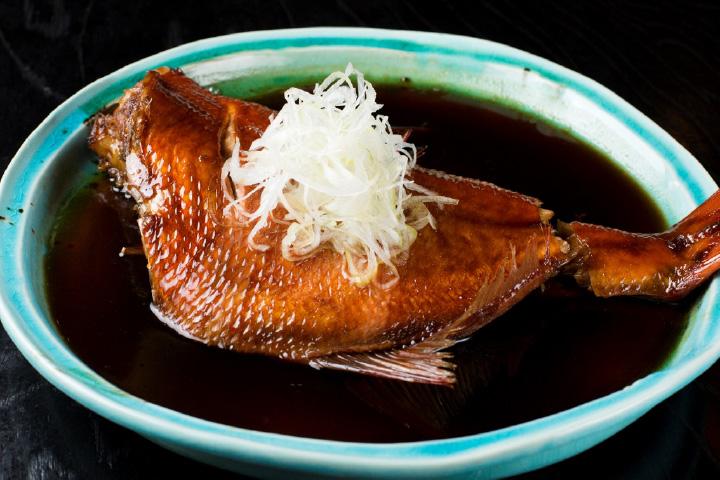 特製ダレが味の決め手の「特大金目鯛煮付」2,160円
