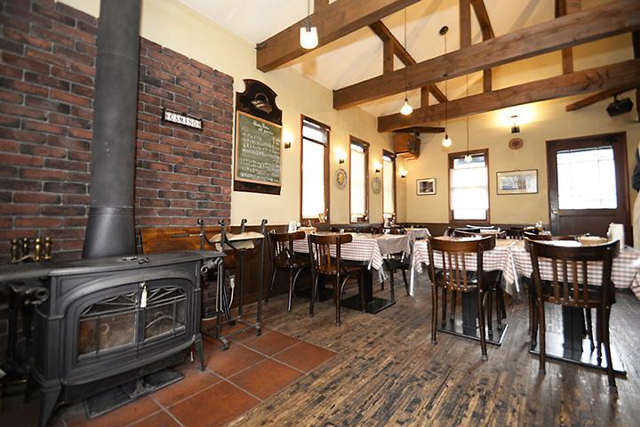 暖炉と薪窯(まきがま)がある、一軒家レストラン