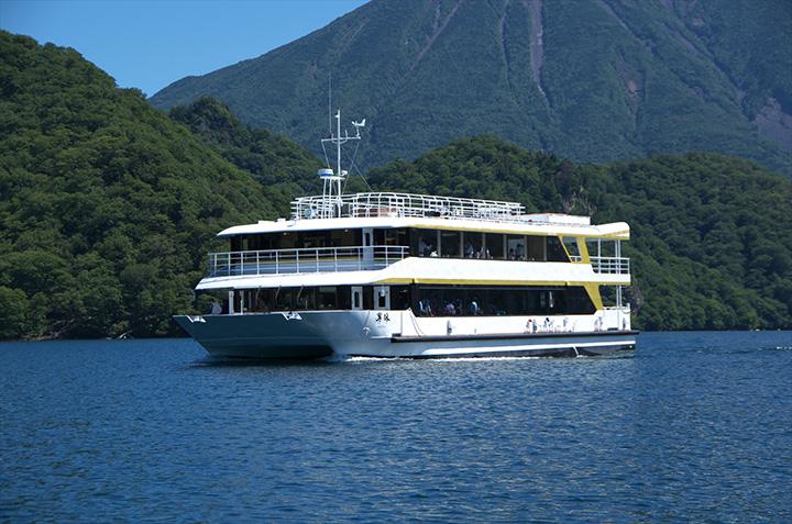 湖の全景を船上から楽しめる、中禅寺湖遊覧船