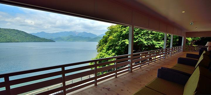 サトウ氏が愛した湖畔の絶景を眺めながらくつろげる、2階の広縁。