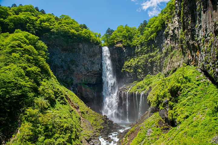 春夏秋冬いつ訪れても美しい景観の名瀑布、華厳の滝