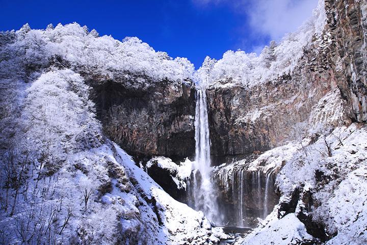 春夏の緑、秋の紅葉、冬の雪と氷瀑。季節ごとに、表情豊かな滝の姿を楽しめます。
