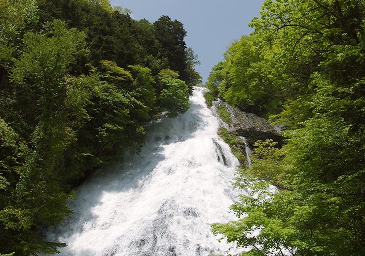 最大幅25mの大滝、湯滝