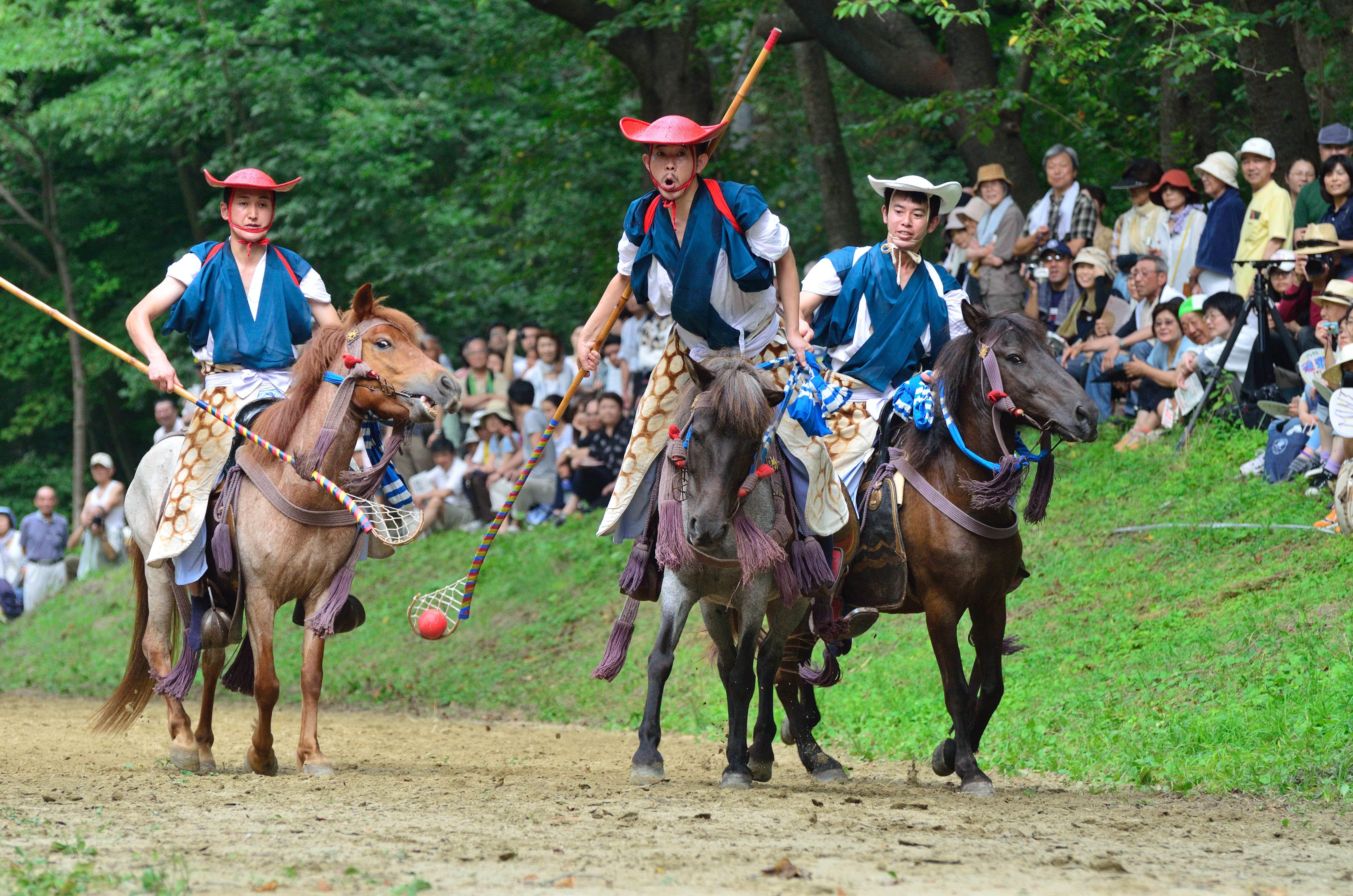 迫力満点の伝統競技「騎馬打毬」。
