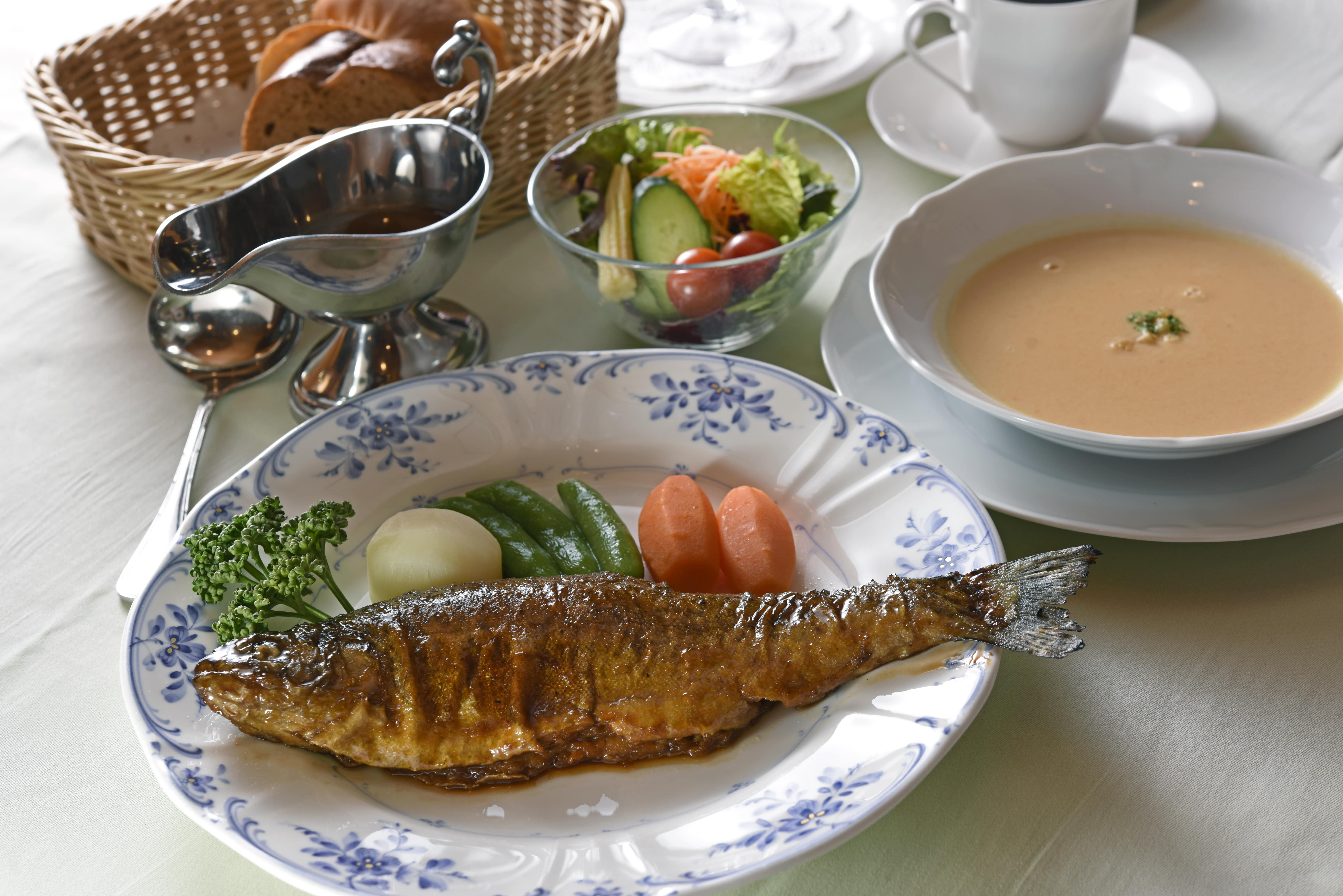 地元名産ニジマスを日本の洋食風味で