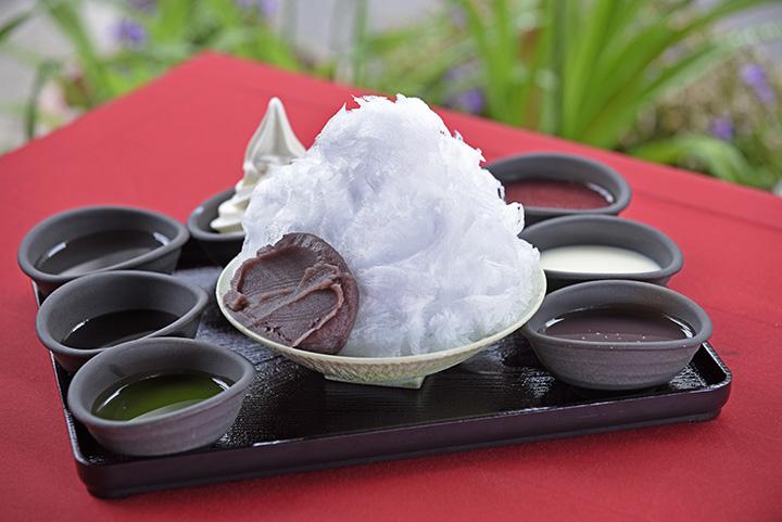 日光天然氷のかき氷 ソース2~6種 850~1,450円(ソースが1種増えるごとにプラス150円) ※トッピングはソフトクリーム 250円 こしあん 150円
