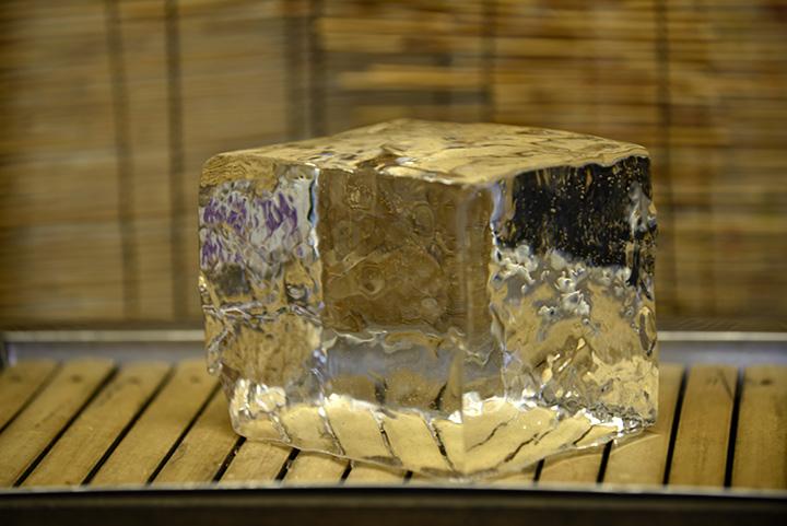 濁りのない、クリスタルガラスのように美しい天然氷