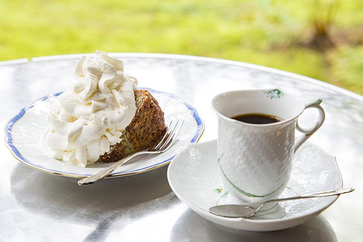生クリームが盛られたバナナケーキと、オリジナルブレンドコーヒー
