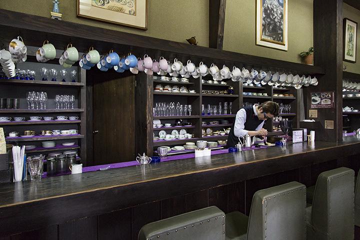 カウンター席。マスターがそれぞれのお客さんに合うカップを選んでくれる