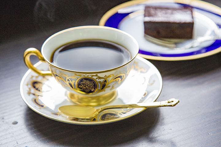 オリジナルコーヒーと、ザッハトルテのような濃厚な自家製チョコレートケーキ。