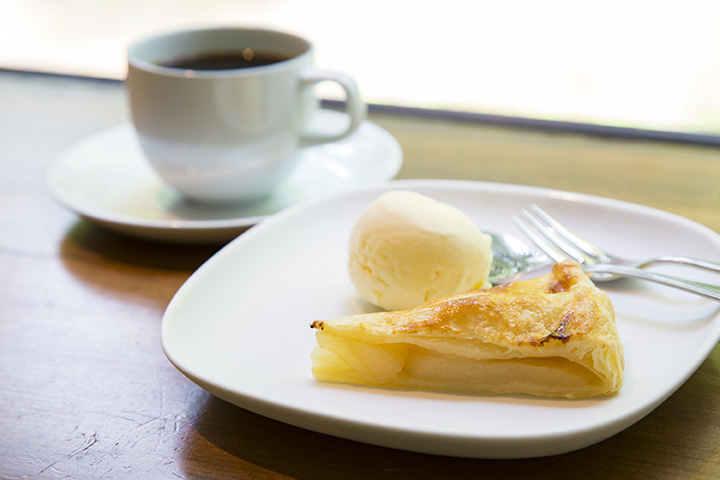 甘さ控え目の「アップルパイ」500円と、「ストレートコーヒー」600円