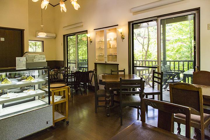 アンティークのテーブルや椅子が置かれた店内は大人の雰囲気。外はテラス席