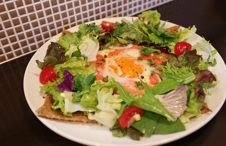 半生スモークサーモン・チーズ・たまご&サラダのガレット