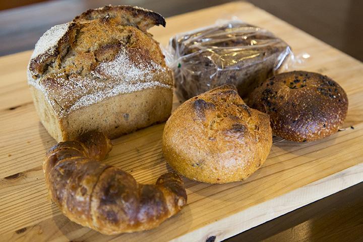 ライ麦パンやクロワッサン、あんぱんなど多種多様なパンが並ぶ