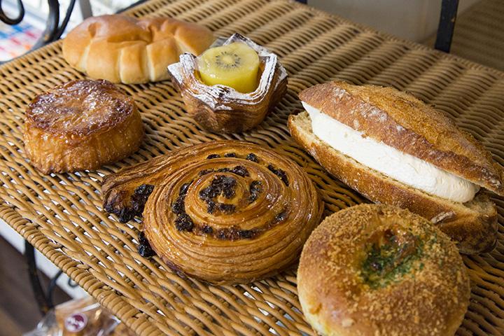 右手奥のミルクフランスをはじめ、人気の菓子パンや惣菜パン
