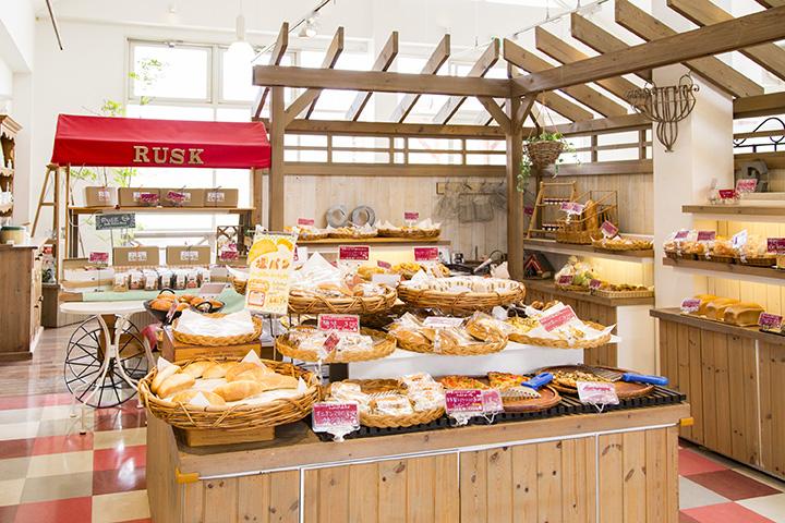 自然の光が差し込む店内には毎日70~80種類のパンが並ぶ