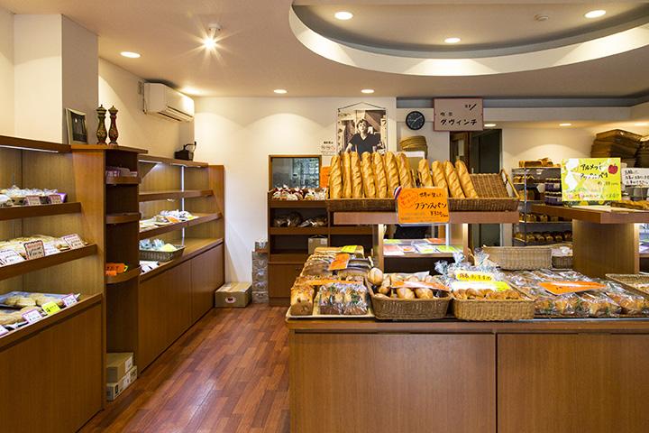 フランスパンが中心に置かれた店内には、ジョン・レノンの写真が飾られている