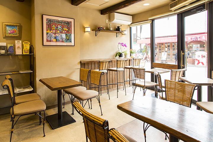 朝から賑わう広いイートインコーナー。コーヒーは260円