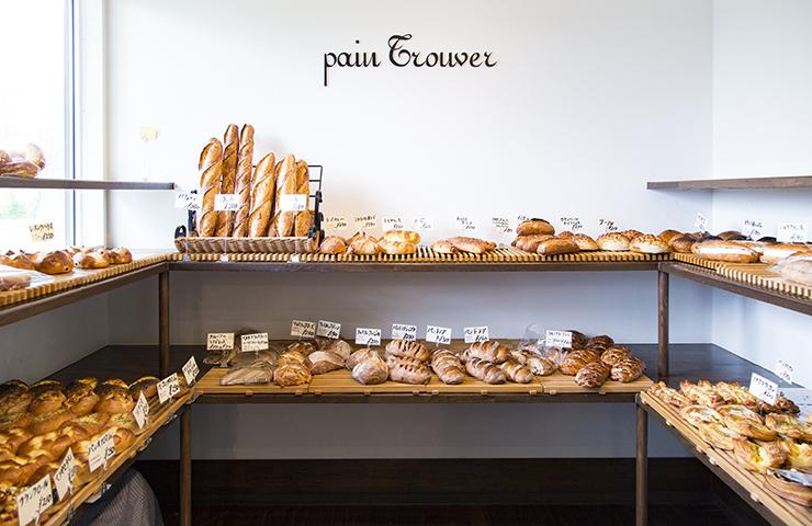 毎日100種類以上のパンが並ぶ店内
