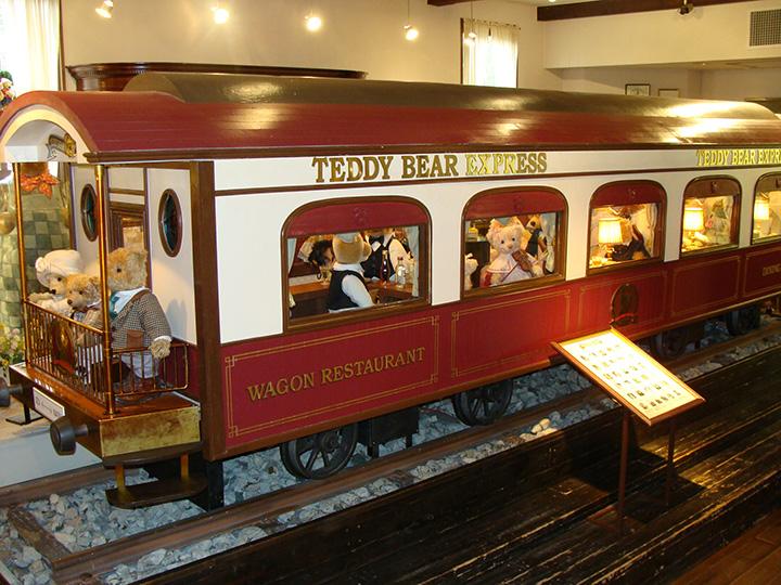 列車に乗り込む国内外のテディベアたち