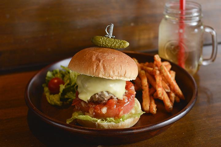 倉石牛バーガーのランチセット1,080円は、サラダ、ポテト、ドリンク、デザート付き。