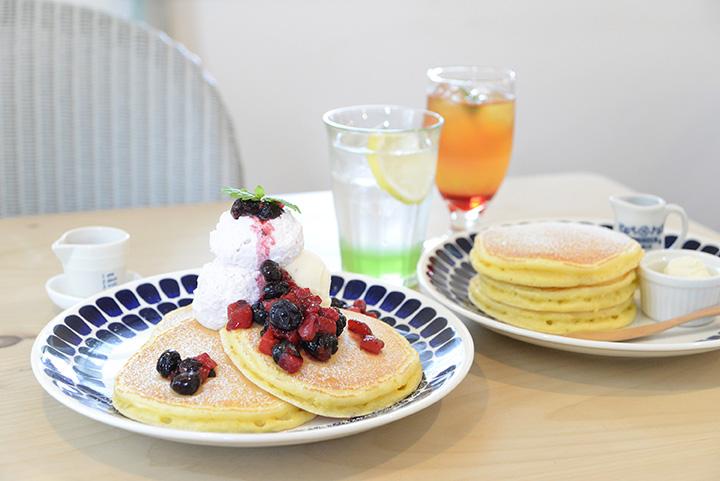 左が森のパンケーキ950円 右がクラシックパンケーキ750円、ドリンクは右からトリプルアイスティー520円、青りんごスカッシュ400円