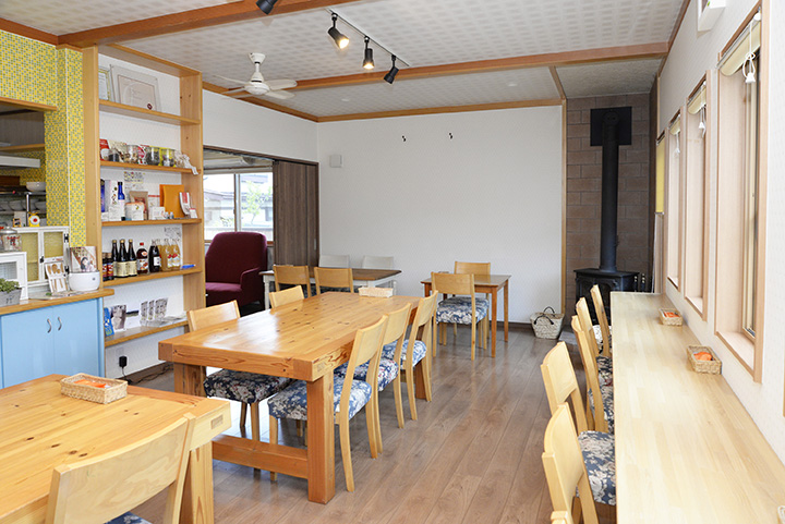 住宅地の中にあるカフェ。夜は料理教室が開催される