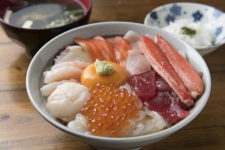 八戸で海鮮丼や朝市&市場の人気メニューを味わえる店