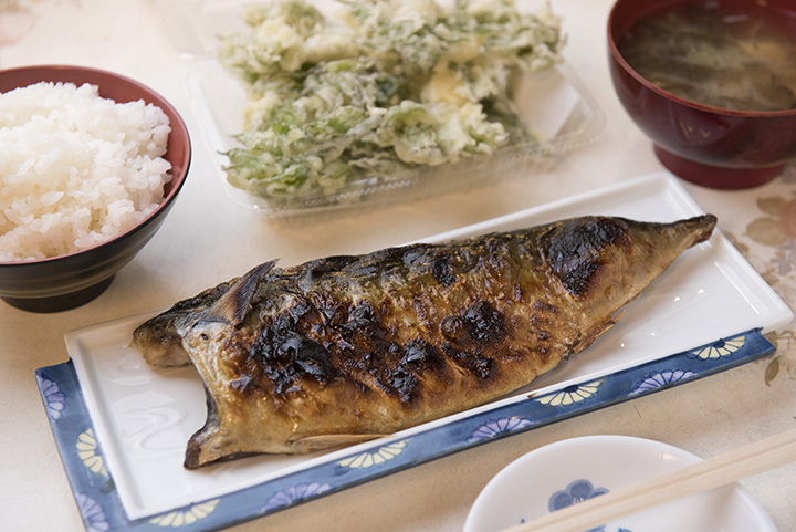 「塩さば焼き」400円ほか。「朝めし処魚菜」はセルフサービス形式