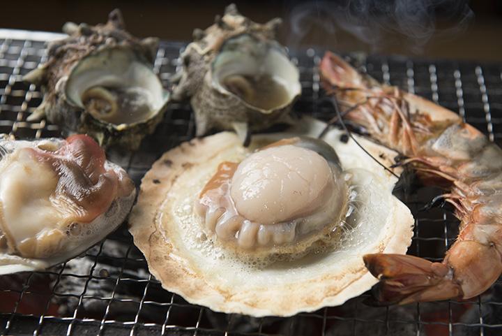 新鮮な魚介が美味! 鮮魚店によっては、七厘村用のバーベキューセットもある