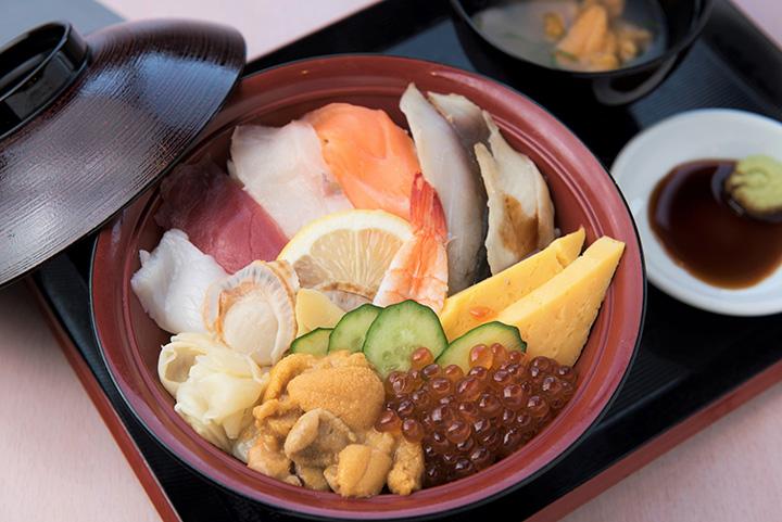 「いちば亭海鮮丼」2,980円は+800円で八戸の郷土料理「いちご煮(小)セット」に