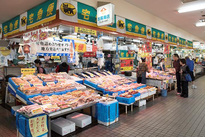 新鮮な魚がずらり。宅配もOKなので、荷物の重さを気にせず買い物を楽しめます