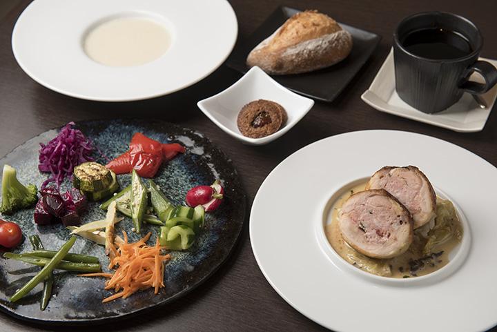 「ビストロランチセット」1,500円の一例。前菜のほか、肉料理のソースにも野菜やハーブがたっぷり。写真のスープはカリフラワーがベース