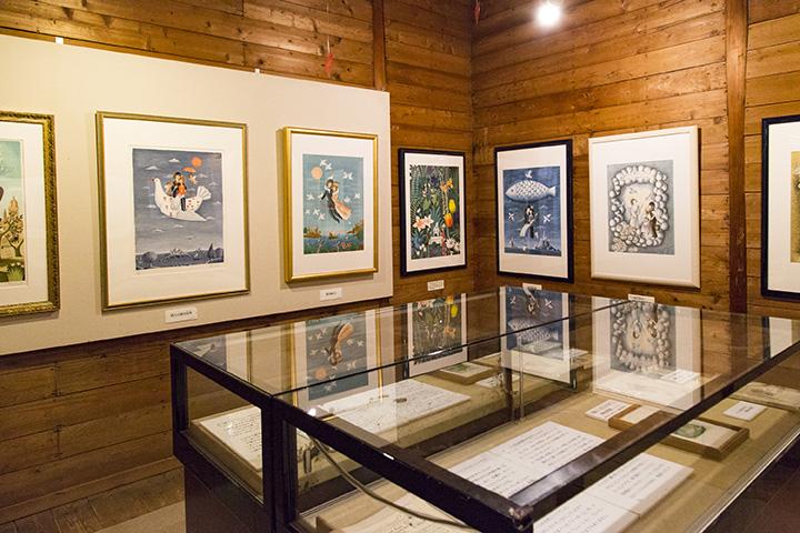 館内は大きな部屋をメインに、小部屋が3つあり、展示スペースになっている