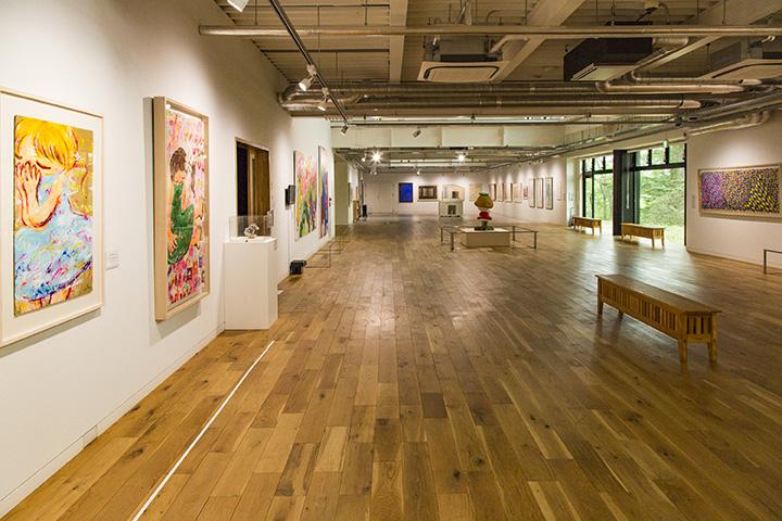 奥行き50mのメイン展示室。森に囲まれた緑あふれる場所にある