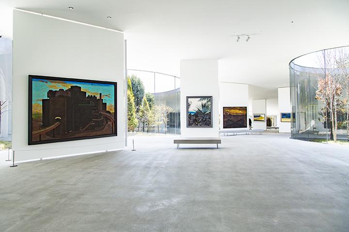 自然の地形を生かして設計された開放的な展示空間。軽井沢の自然と一体化している