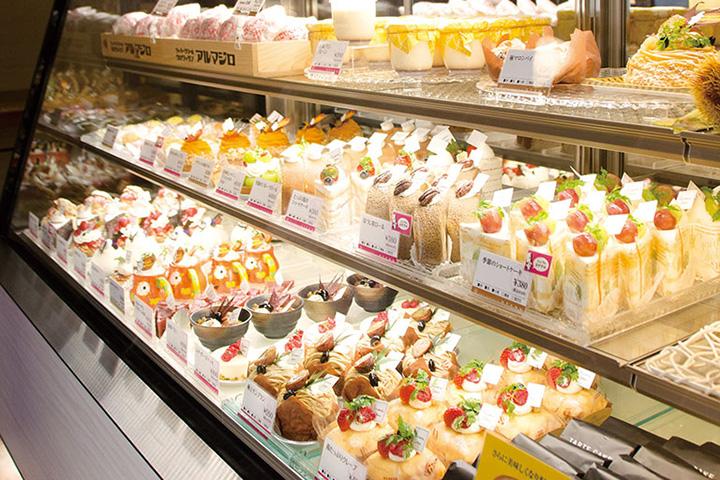 新鮮なフルーツを使ったケーキが並ぶ