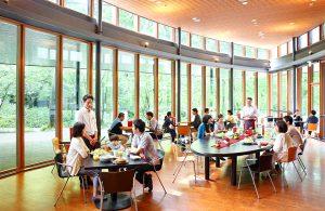 村民食堂の内観