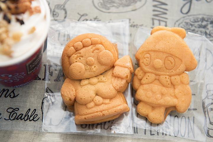 「香彩珈琲 みな実」の「みな実焼き」。左から「カッチャ」「いかずきんズ」各200円