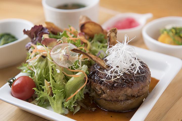 十和田産ごぼう入りハンバーグ(みそ汁、小鉢、自家製ピクルス、飲み物付き)972円