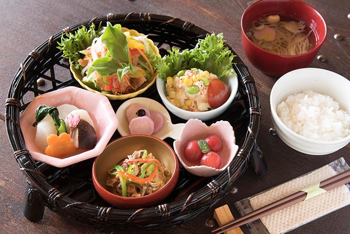 「農園かご盛ランチ」(ごはん「十和田産まっしぐら」、吸い物、ミニデザート付き)1,000円の一例