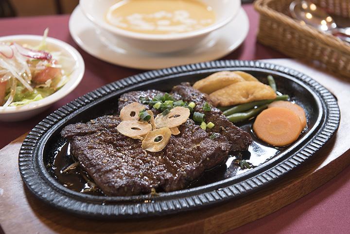 「ステーキランチ」は1,082円、写真のセット(クリームコーンスープ、サラダ、ライス付き)は1,514円