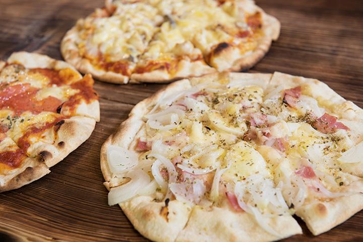 ビュッフェのリミットは60分。口コミで評判のピザを狙って、オープン前から並ぶ人も