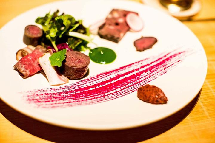 鹿肉と猪肉を使用し、お皿の上に富士山麓の自然を表現したディナーコース(7000円)の前菜(時期により内容が変わります)