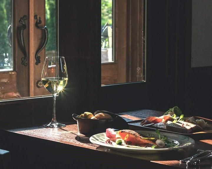 「甲斐サーモンのミキュイ皮カリカリ焼き」(写真手前)、「シャルキュトリの盛り合わせ」(写真奥)など、地元の食材にひと手間加えたフレンチが楽しめる。ともにプリフィックスコースの選択肢の一つ。