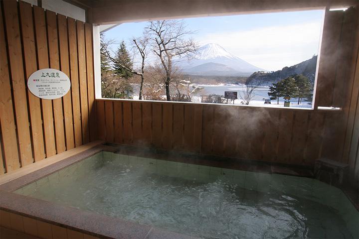 露天風呂「日之出の湯」からも四季折々の富士山の眺望を楽しめる
